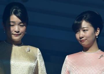 秋篠宮家の眞子さま(左)と佳子さま(写真:AFP/アフロ)