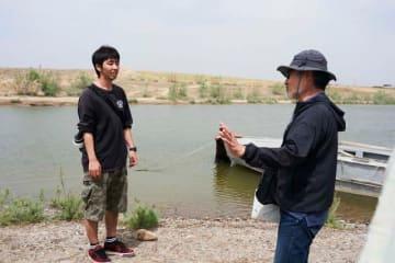 ウズベキスタンで撮影中の柄本時生。右は黒沢清監督