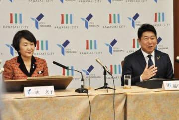 共同会見した横浜市の林市長(左)と川崎市の福田市長=横浜市役所