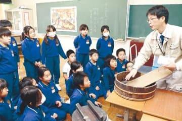 昔の暮らしを道具で体感 魚津経田小で出張授業