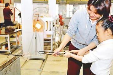 バレンタインデー前にハートの器作ろう 富山ガラス工房で制作体験