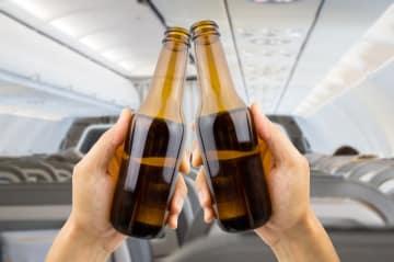 【飛行機の迷信②】飛行機に乗っているとお酒に酔いやすい!?