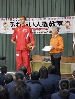長嶺中の生徒に「恥ずかしがらないで」と訴えるジョシュ・ドゥインカー選手(左)=熊本市東区