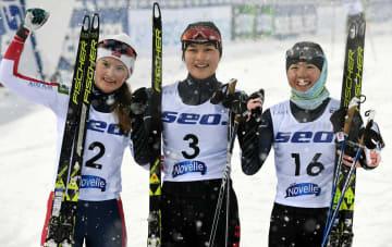 優勝した宮崎彩音(中央)と3位に入った中村安寿(右)=23日、ラハティ(AP=共同)