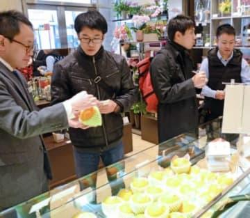 店内の果物について質問する学生ら=東京・日本橋の千疋屋総本店