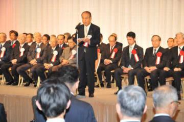 東京広島県人会のパーティーであいさつする大竹会長(中央)