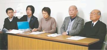 集団ADRの相次ぐ打ち切りを受け、中間指針の見直しを求めて記者会見する清野さん(右端)ら住民と弁護士=18日、福島県庁