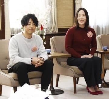 中村知事に結婚を報告した県えひめ結婚支援センターの1000組目の成婚カップル宝利さん(中央)と小原さん