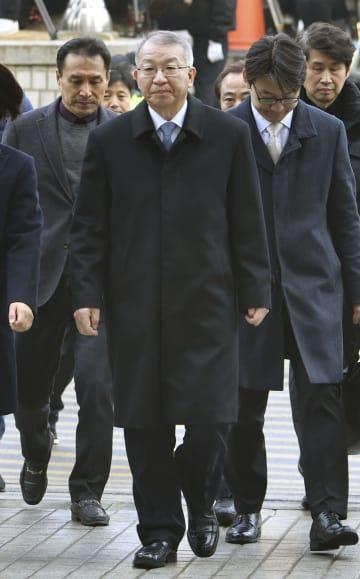23日、逮捕状審査を受けるためソウル中央地裁に出頭する梁承泰容疑者(中央)(共同)