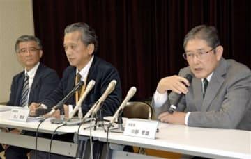 記者会見する公立玉名中央病院の中野哲雄総院長(右)と池上隆博事務部長(中)=23日夜、玉名市