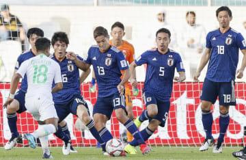 日本―サウジアラビア 後半、自陣ゴール前で守る長友(5)、武藤(13)ら日本イレブン=シャルジャ(共同)