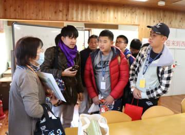 民泊先の女性とあいさつを交わす中国からの修学旅行生=西海市西海町、道の駅さいかい