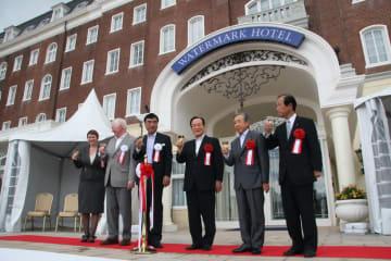 日本初の英語公用語ホテルの誕生を祝う関係者=佐世保市、ハウステンボス