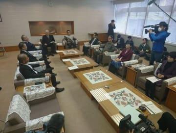県議会議長「3択」を提案 県民投票巡り代表者会議始まる