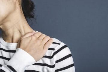 """頭痛を解消する入浴法を医師が解説、就寝前に""""ぬるめ""""湯で!"""