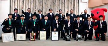 森田知事(後列中央)らに全国高校サッカー準優勝と全国高校ラグビー3位を報告した流通経大柏の選手たち=23日、千葉県庁