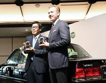 アプリによるタクシー配車サービスを発表した笹井専務、トム・ホワイトモビリティ事業ゼネラルマネジャー(左から)=23日、大阪市都島区の太閤園