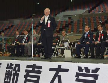 創立10周年記念式典であいさつする和田理事長=22日、大阪市港区