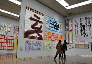 若さあふれる作品が並ぶ展示会場