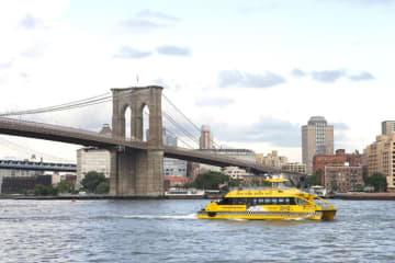 ニューヨーク・ウォーター・タクシーとブルックリン橋 © NYC & Company/Photo by Alex Lopez