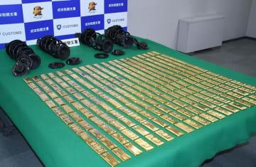 押収した金塊約220キロとサスペンション=23日、東京税関成田支署