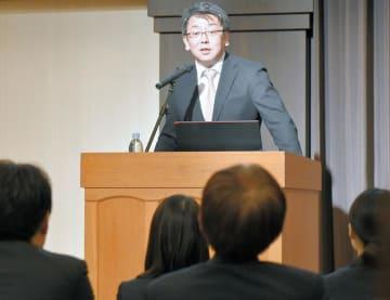 基調講演する総務省地方情報化推進室の加藤課長補佐=23日、千葉市美浜区内のホテル