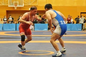 元アジア選手権代表の山下勝さんに挑んだサヘビ・モハラムさん(埼玉・アカデミア・アーザ)