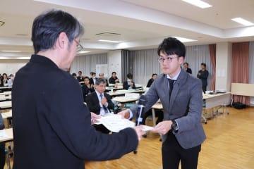 ジャーナリズム大賞優秀賞の表彰状を受け取る三代五島支局長(右)=東京都内