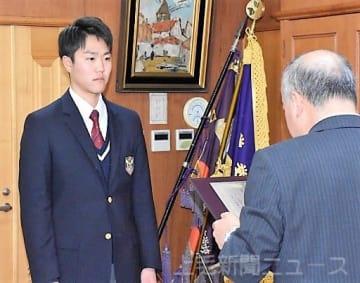 県高野連の高田会長から記念の盾を受け取る北原=前橋育英高