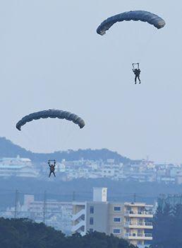 嘉手納基地でパラシュート降下訓練を強行 米軍、地元の反対を無視