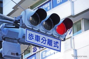 歩行者とクルマの動線がクロスしない「歩車分離信号」