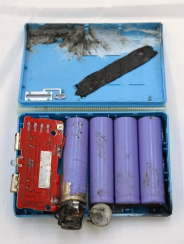 発火事故が起きたリチウムイオンバッテリー=24日午前、東京都渋谷区