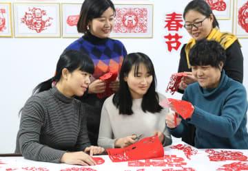 切り絵作りで新春を迎える 河北省邢台市