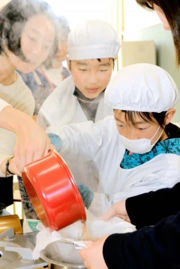 コンブとカツオの合わせだしを作る児童ら=23日午後、大洲市平野町平地