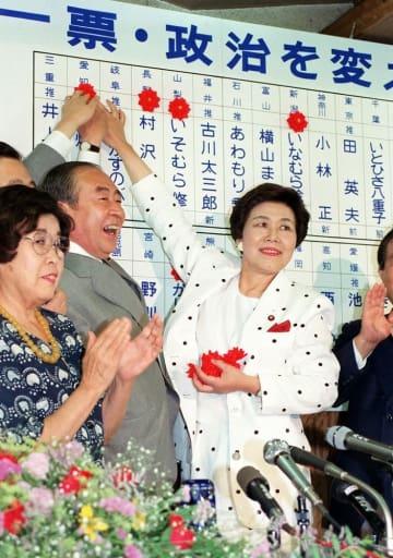 1989年の参院選で大躍進を果たした社会党の土井たか子委員長。左は山口鶴男書記長