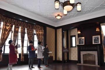 洋館の「第二応接室」。暖炉としっくいの天井、調度品が客人をもてなしていた