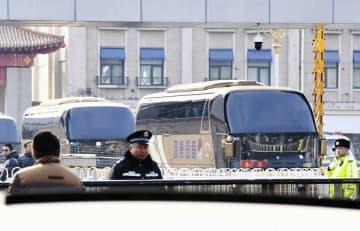 北朝鮮の芸術団を乗せたとみられるバス=24日、北京(共同)