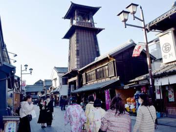 蔵造りの町並みのシンボル「時の鐘」=23日、川越市