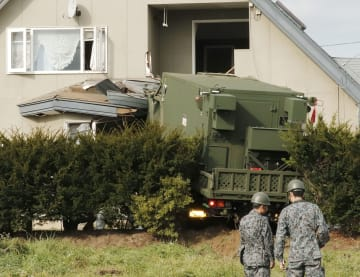 住宅に突っ込んだ航空自衛隊のトラック=2018年11月7日、青森県おいらせ町