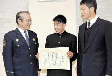 向當和行署長(左)から感謝状を受け取り「助けられて良かった」と笑顔を見せる伊井ヒロユキさん(中央)=1月23日、福井県警越前署