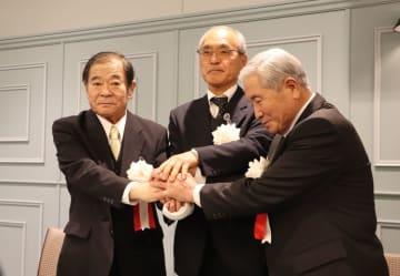調印を終え、手を取り合う(左から)木下、松田、浦川各組合長=長崎市茂里町、マルシェ・ド・リッシュ