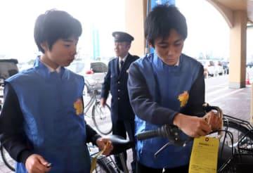 自転車の施錠を呼び掛けるカードを結ぶボランティア(滋賀県彦根市竹ケ鼻町、ビバシティ彦根)
