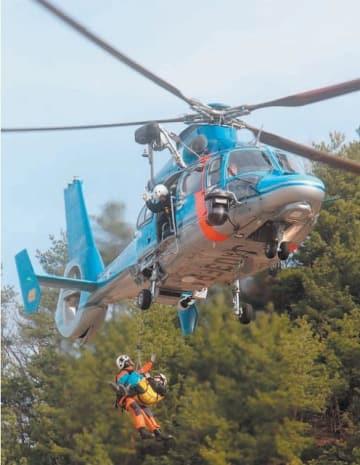 ヘリコプターで重傷者を救出する広域緊急援助隊員=臼杵市野津町