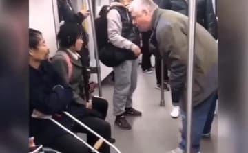 中国の地下鉄車内で男女が物乞い、外国人男性がしかりつける=中国ネット「よくぞ言ってくれた!」「この人たちは役者なんだよ」