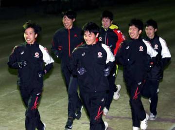 本番に向け、調整に励む武田薬品の広瀬(左端)仲山(左から3人目)両選手たち