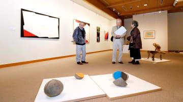 代表作のストーンマークなどが並ぶ田中さんのコレクション展