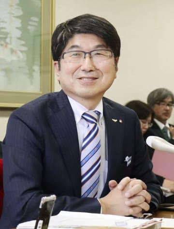 記者会見する長崎市の田上富久市長=24日午後、長崎市役所