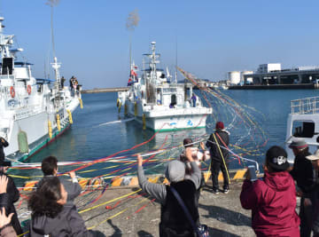 家族や住民らに見送られカツオ漁へ向かう第二十八一丸