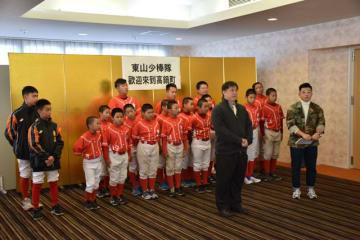 合宿に訪れた台湾の少年野球チームを代表してあいさつする李校長(中央)