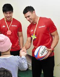 子どもたちと触れ合うダン・カーター選手(右)=神戸市中央区楠町7